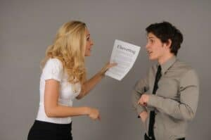 Im Ehevertrag kann der Zugewinnausgleich modifiziert oder ausgeschlossen werden. Das verhindert Konflikte.